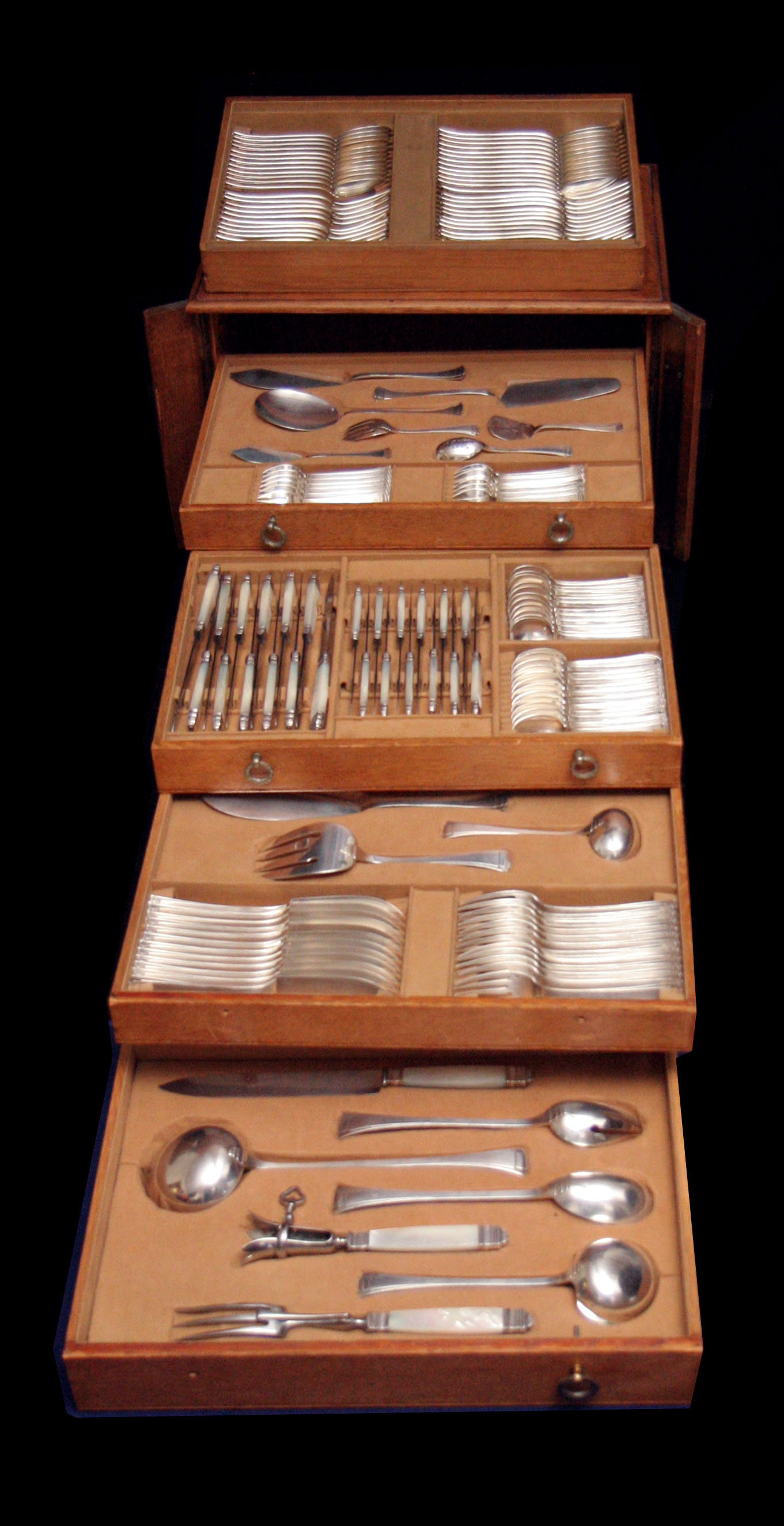frenchartdecosterlingsilverflatwareset-chestopen-1000